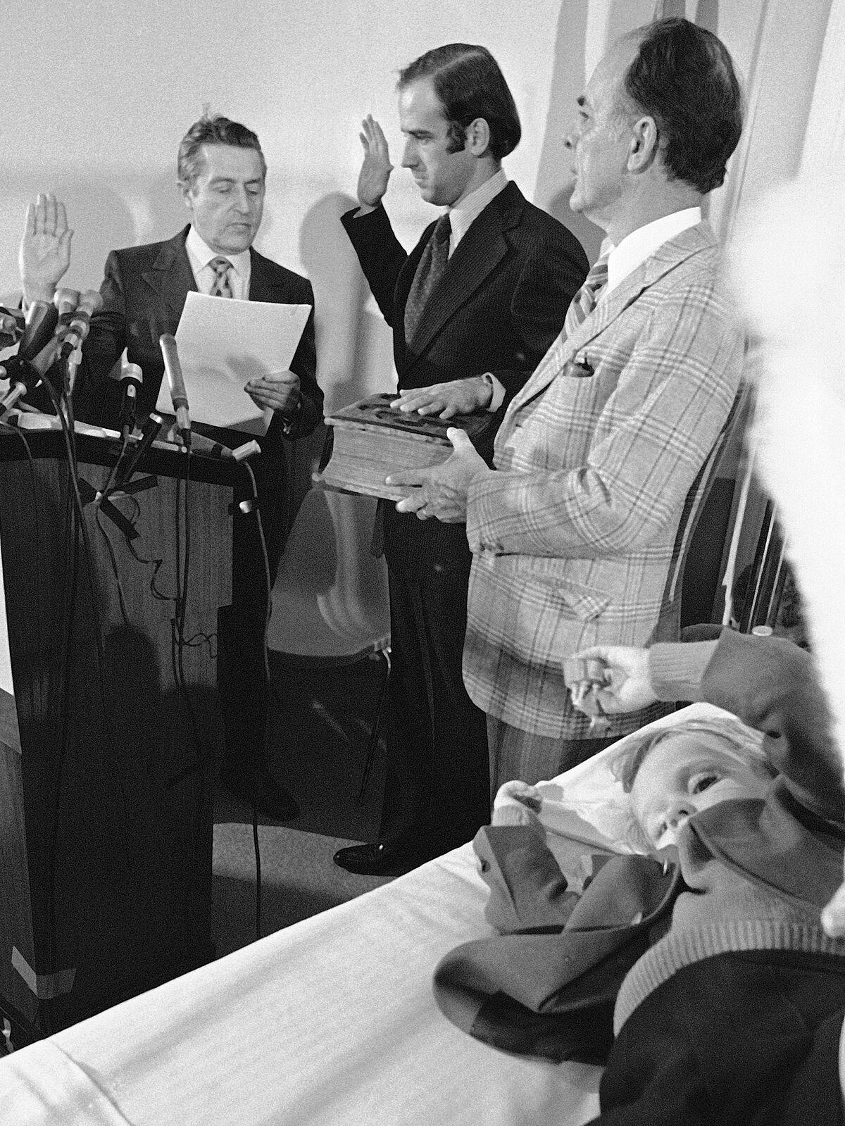 Tháng 1/1973, Joe Biden tuyên thệ nhậm chức Thượng nghị sĩ bang ngay tại bệnh viện ở Delaware, gần đó là con trai Beau Biden bị thương sau vụ tai nạn cướp đi sinh mạng của vợ và con gái 13 tháng tuổi của ông. Ảnh: AP.