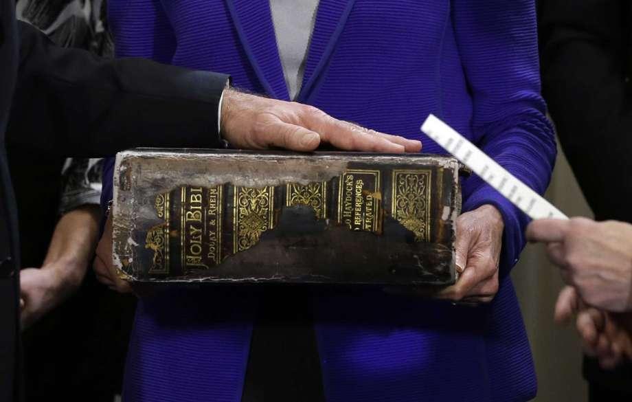 Cận cảnh cuốn Kinh thánh hơn 127 năm tuổi của nhà Biden.