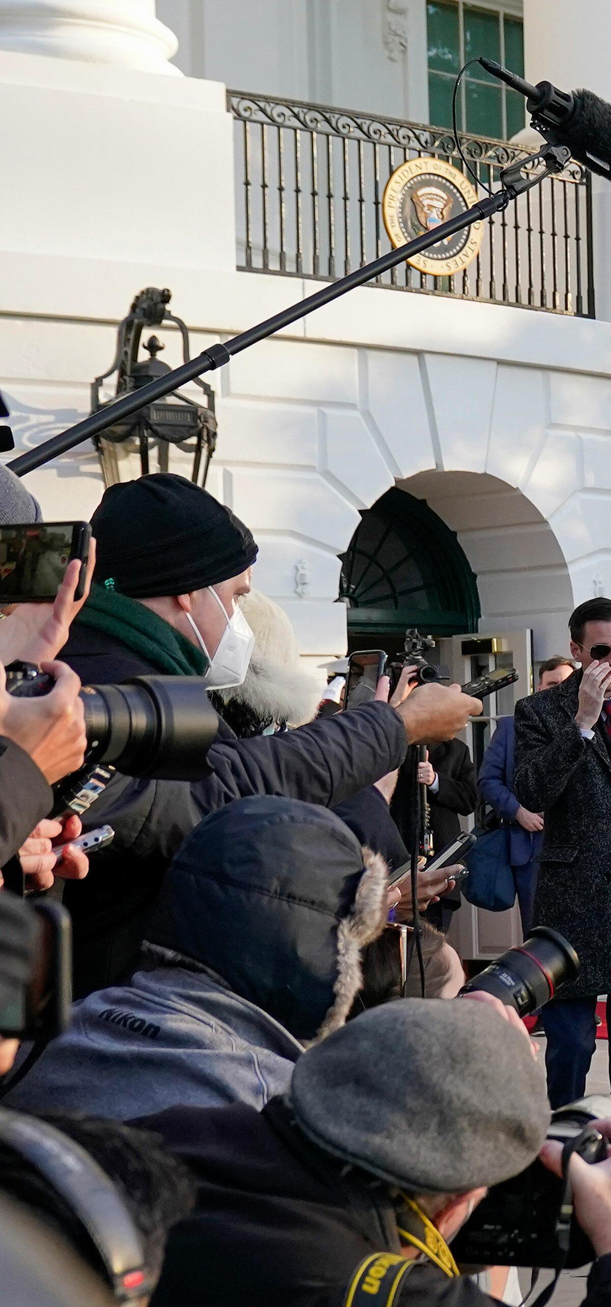 Trump và Đệ nhất phu nhân Melania trò chuyện với truyền thông trước khi rời Nhà Trắng. Ảnh: AP.