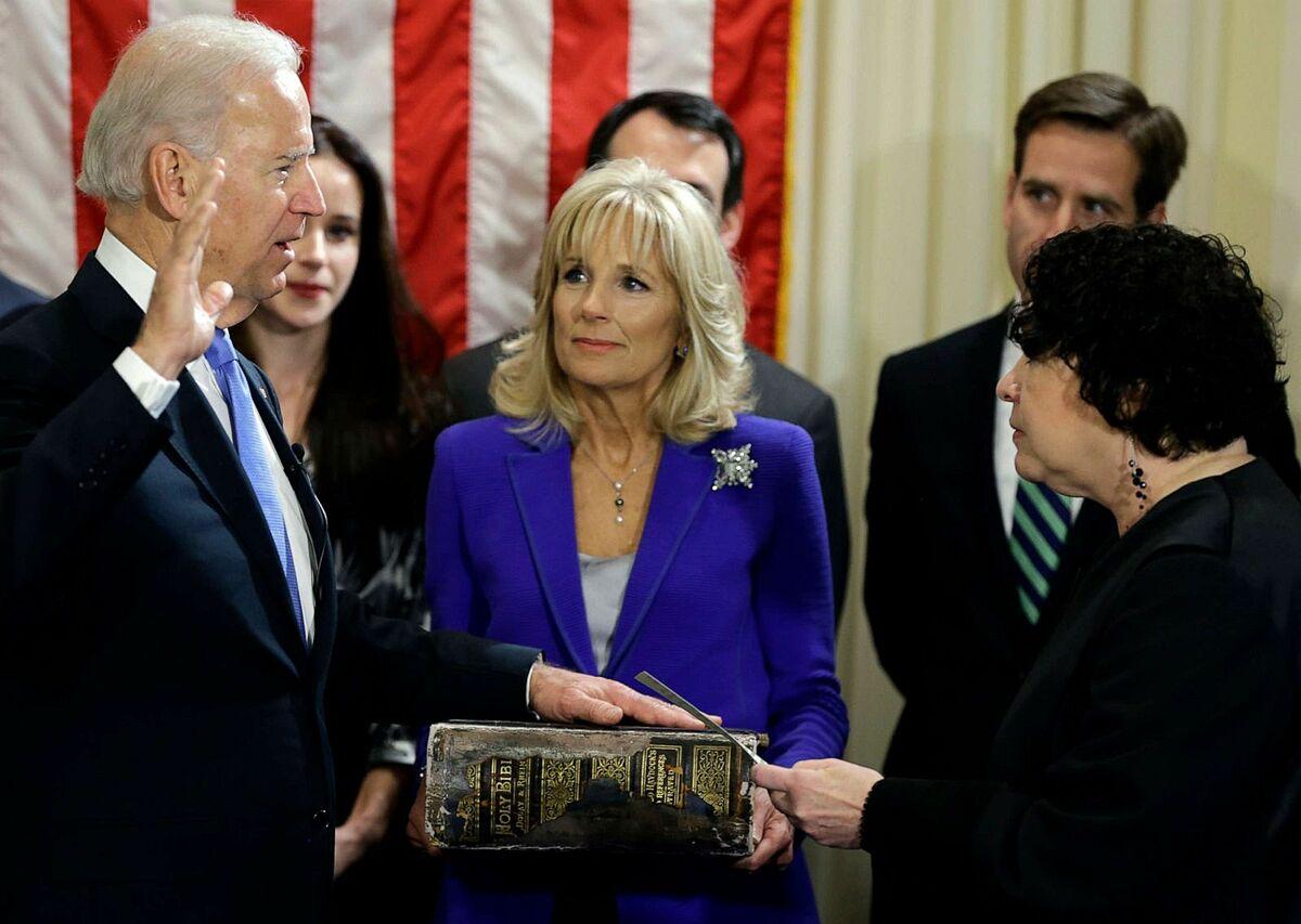 Jill Biden cầm cuốn Kinh thánh của gia đình Biden khi Joe Biden tuyên thệ nhậm chức Phó tổng thống vào ngày 20/1/ 2013, tại Washington. Ảnh: AP.