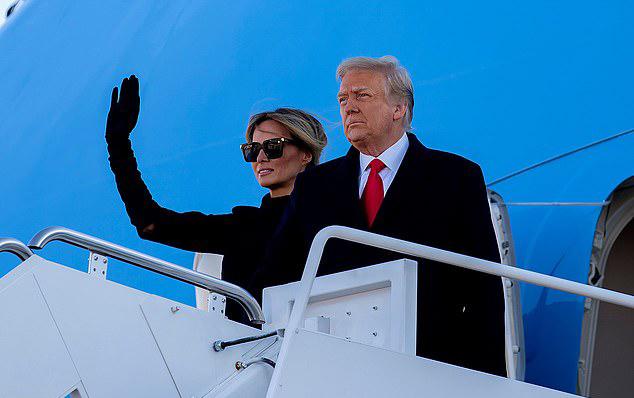 Vợ chồng Donald Trump - Melania vẫy tay chào tạm biệt Washington DC sáng 20/1. Ảnh: Rex.