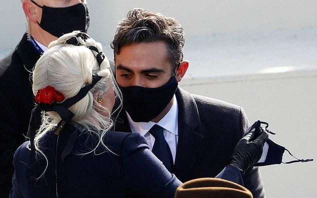 Nụ hôn qua khẩu trang của Lady Gaga tại lễ nhậm chức của Joe Biden - 4