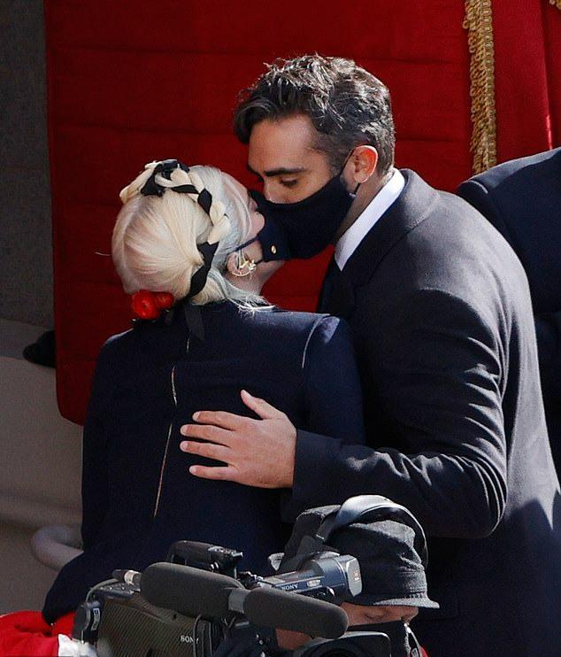 Họ trao nhau một nụ hôn qua khẩu trang.