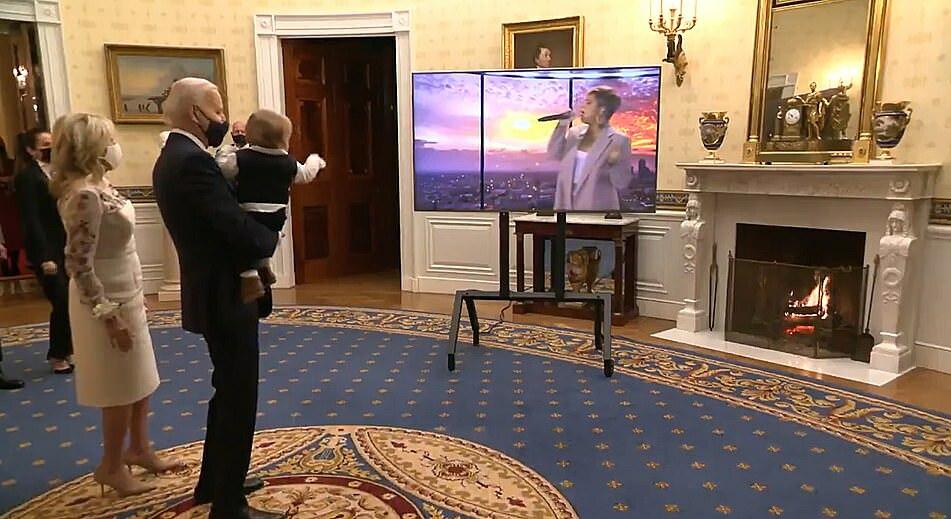 Tổng thống Joe Biden bế cháu nội 8 tháng tuổi Beau Biden hôm 20/1.