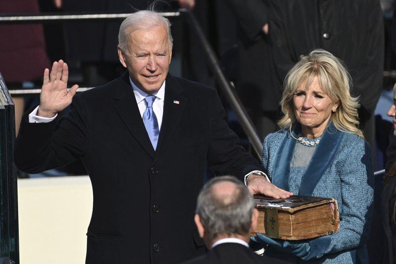 Joe Biden tuyên thệ.