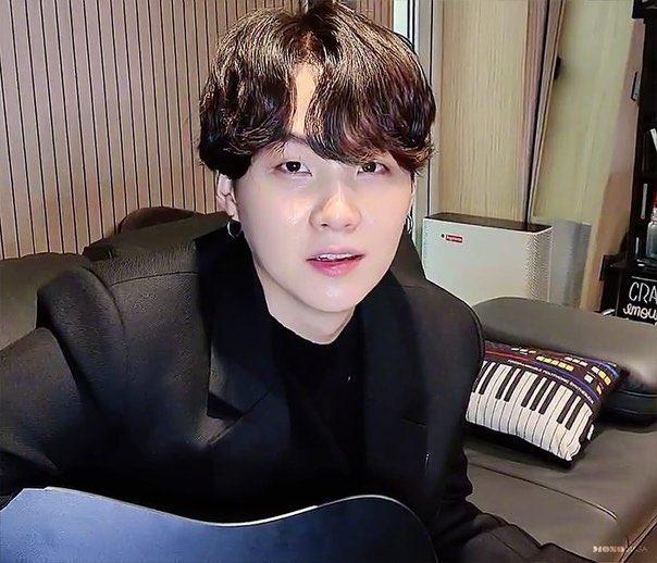 Trong buổi livestream hồi tháng 10/2020, Suga khiến fan xúc động khi vẫn giữ lại chiếc gối in hình phím đàn piano sau 5 năm.