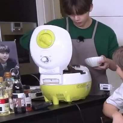 Chiếc nồi cơm điện xuất hiện trong show thực tế của BTS gây ngạc nhiên...