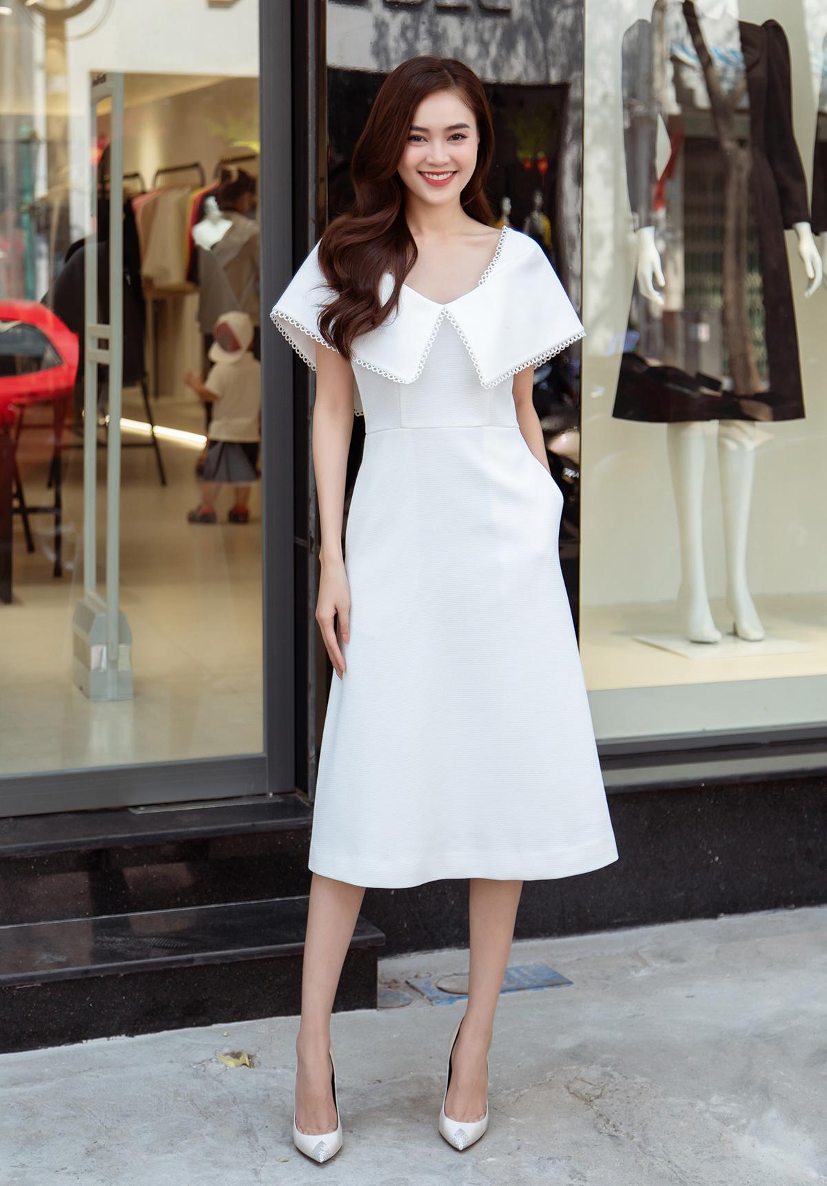 Đại sứ thương hiệu Ninh Dương Lan Ngọc tươi tắn cùng sắc trắng. Mái tóc uốn xoăn bồng bềnh cùng kiểu trang điểm nhẹ nhàng càng tôn lên nét trẻ trung, đằm thắm của nữ diễn viên.
