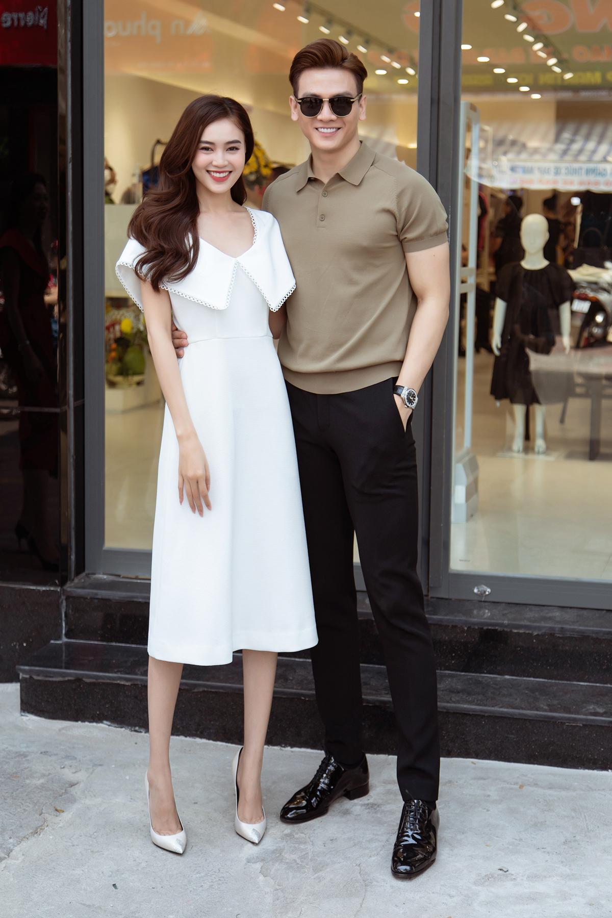 Xuất hiện bên cạnh Lan Ngọc là diễn viên/người mẫu Lê Xuân Tiền. Anh trông lịch lãm với áo polo kết hợp cùng quần âu đen. Sau khi đóng chung phim điện ảnh, họ vẫn giữ mối quan hệ thân thiết, thường xuất hiện cùng nhau.