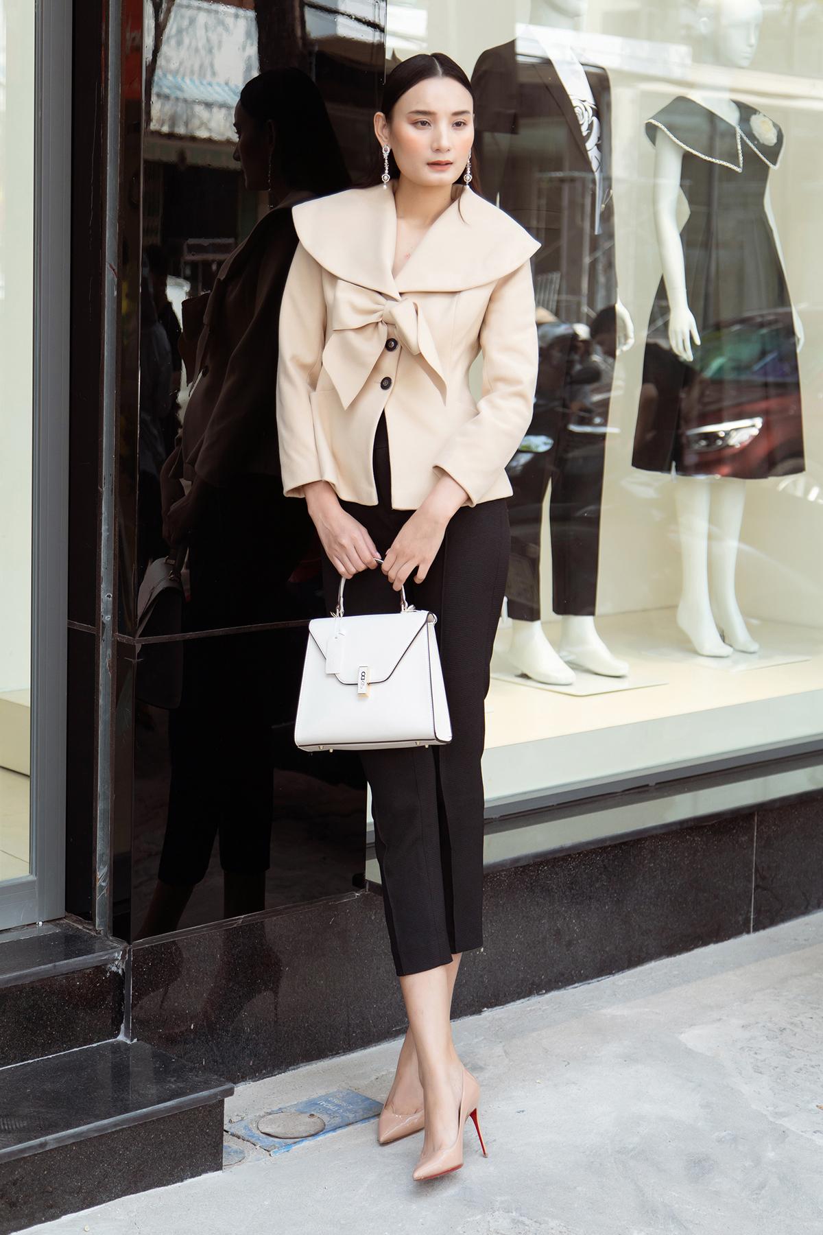 Là nàng thơ lâu năm của Đỗ Mạnh Cường, Lê Thúy luôn đồng hành cùng nhà thiết kế trong những sự kiện quan trọng. Mới đây, chân dài có mặt tại Vũng Tàu để mừng Đỗ Mạnh Cường ra mắt cửa hàng mới, đồng thời giao lưu, tư vấn thời trang cho các khách hàng.