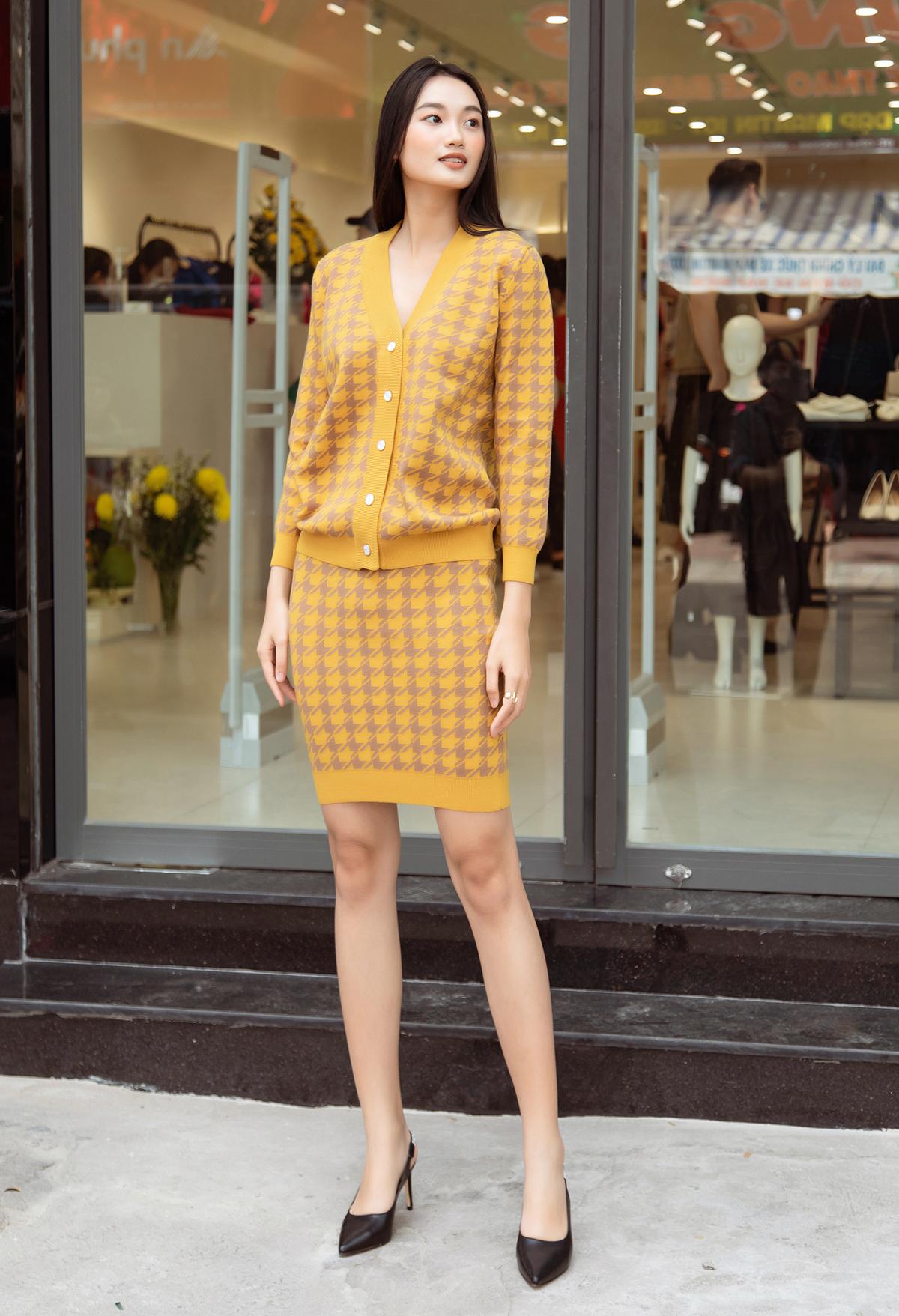Á quân The Face Vietnam Quỳnh Anh cũng góp mặt với bộ váy dệt kim cổ điển.