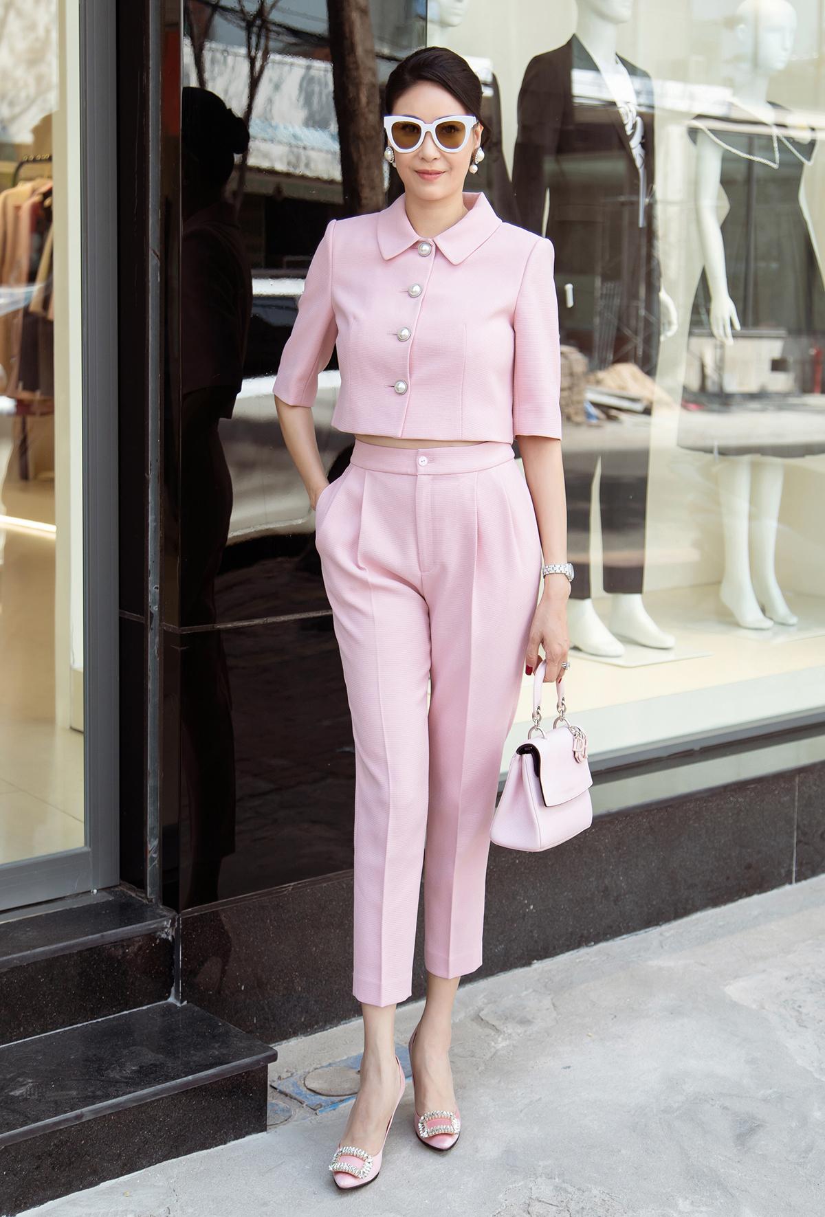 Cũng chọn sắc hồng, Hoa hậu Hà Kiều Anh lại mang đến vẻ ngoài nền nã, duyên dáng trong thiết kế kết hợp giữa quần xếp li và chiếc áo tay lửng mang hơi hướng cổ điển.