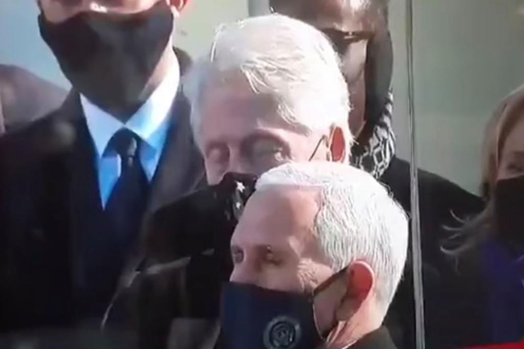 Bức ảnh chụp Cựu Tổng thống Bill Clinton nhắm rà mắt được lan truyền. Ảnh: BBC.