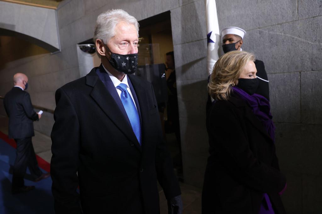 Chiếc khẩu trang của ông Bill trông quá nhỏ so với mặt.