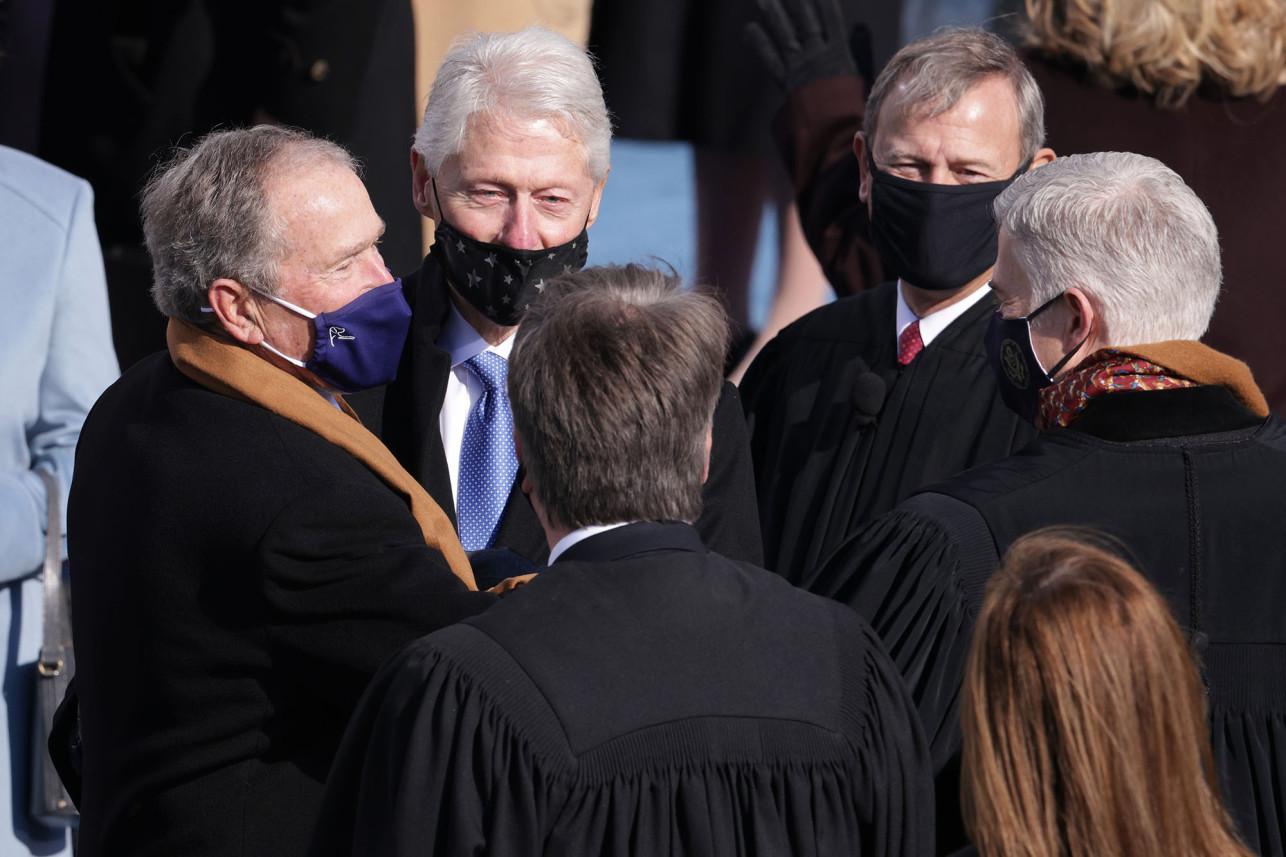 Bill Clinton đeo khẩu trang không đúng cách.