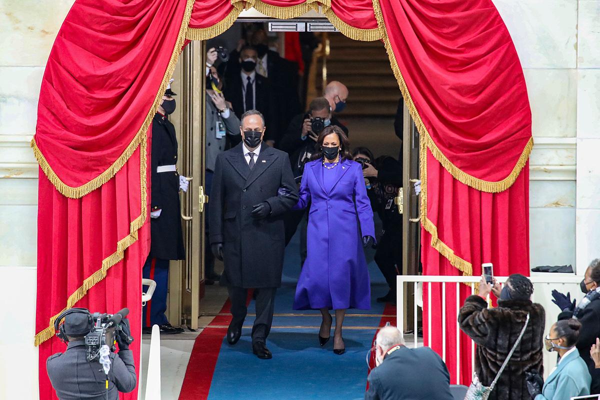 Kamala Harris cùng phu quân Doug Emhoff đến Đồi Capitol.