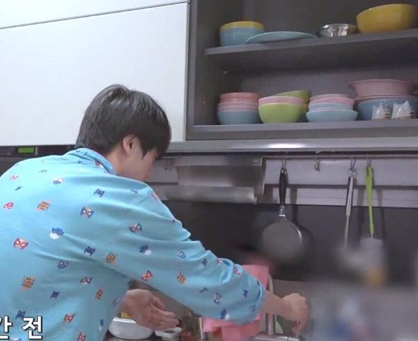 Trong show thực tế năm 2018, các fan cũng nhận ra bộ chén bát nhiều màu quen thuộc trong tủ bếp.