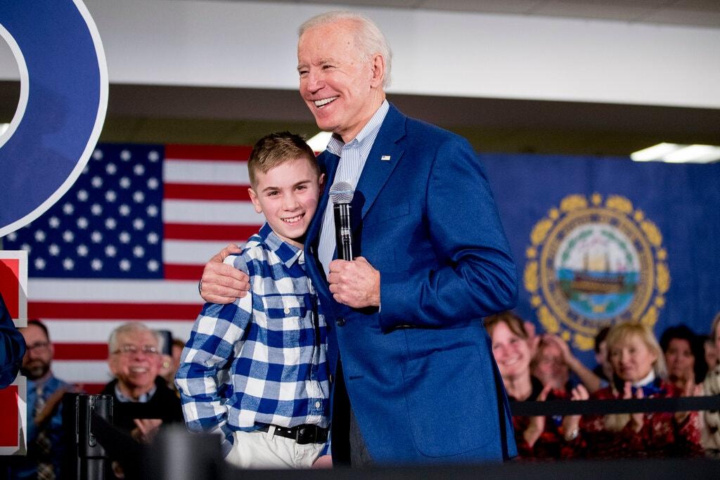 Cậu bé nói lắp Brayden xuất hiện trong một sự kiện trong chiến dịch tranh cử của Biden ở New Hampshire hồi năm ngoái. Ảnh: AP.