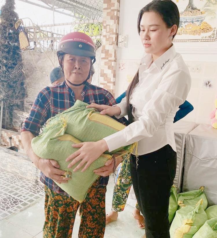 Linh Lan trong chuyến từ thiện sau lễ an táng chồng.