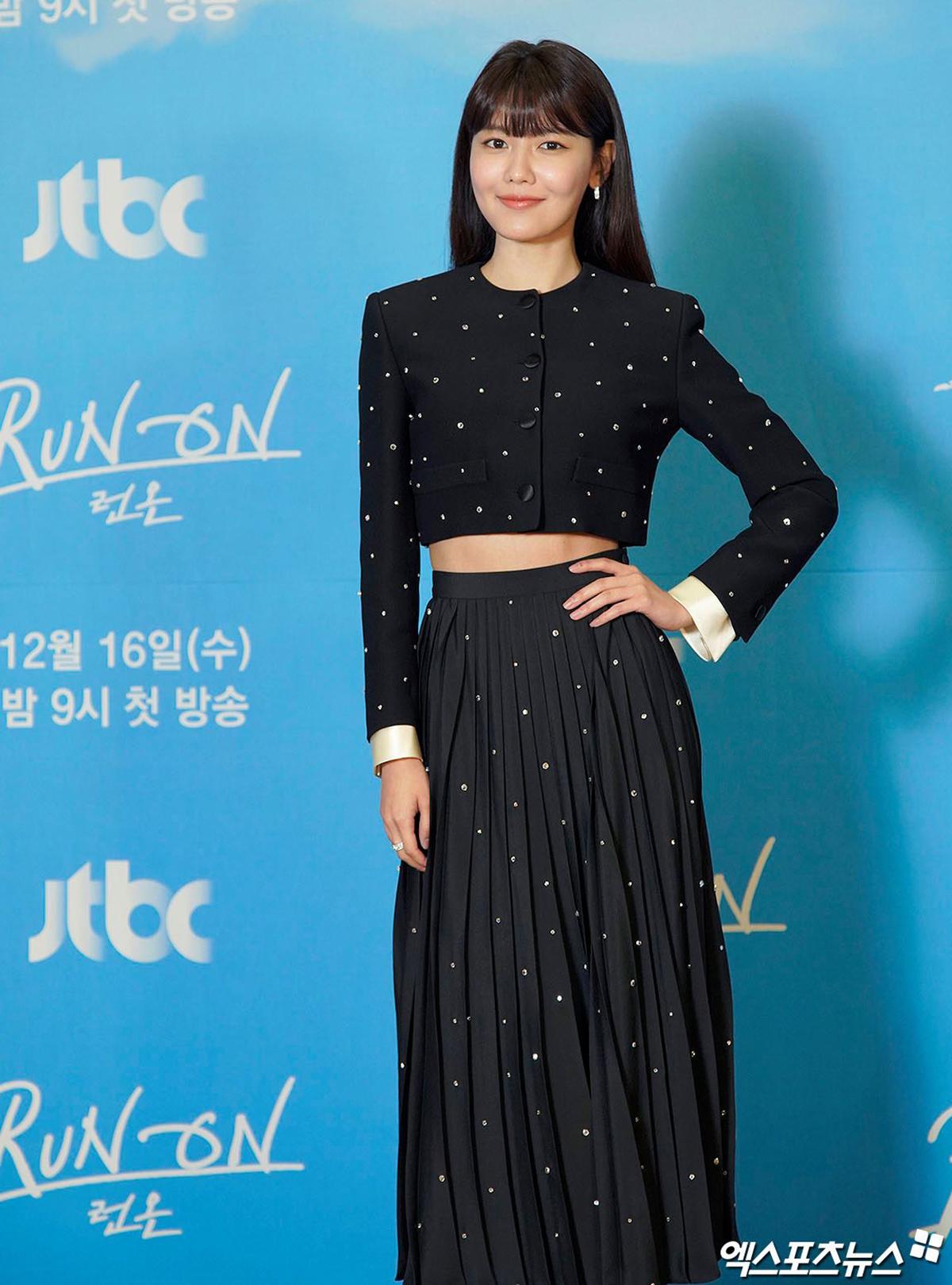Trong đợt quảng bá phim cuối năm ngoái, Soo Young diện bộ cánh có kiểu dáng tương tự. So với Moon Ga Young, Seo Ye Ji hay IU, Soo Young táo bạo hơn trong việc khoe vòng eo săn chắc.