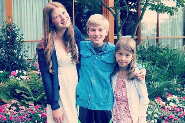 Rory (giữa) thời thơ ấu, chụp cùng chị gái và em gái.