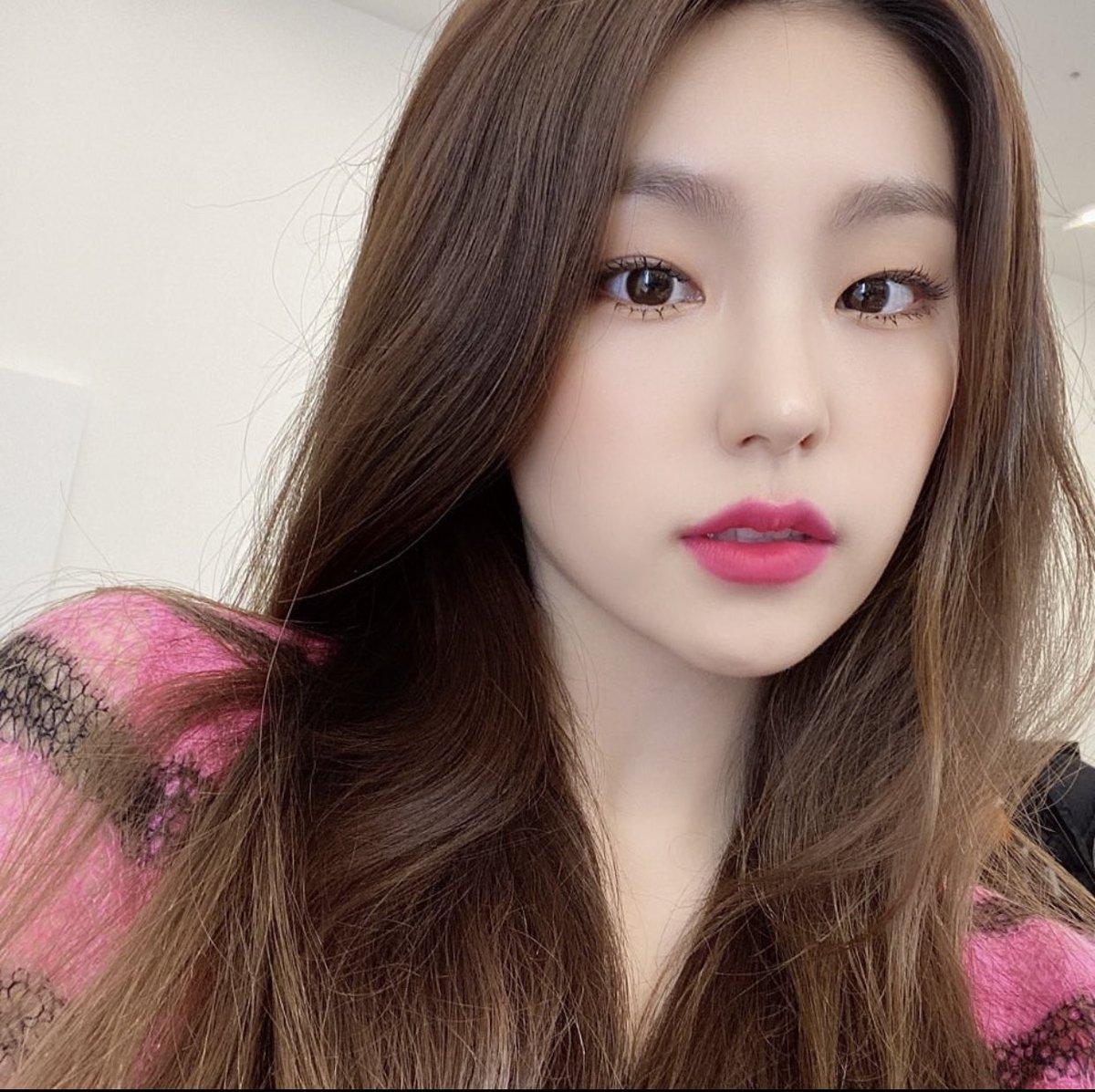 Yeji (ITZY) cũng được gọi tên trong list những idol sinh năm 2000 có ngoại hình bắt mắt.