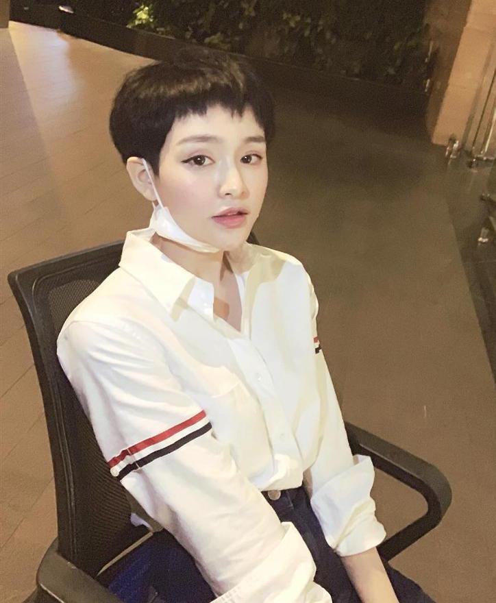 Có thời gian, chiếc áo trắng có giá khoảng 10 triệu đồng là cơn sốt trong Vbiz. Hàng loạt mỹ nhân Việt đua nhau khoe thần thái với món đồ trông đơn giản nhưng không hề kém nổi bật. Thiết kế cá tính rất hợp với diện mạo của Hiền Hồ.
