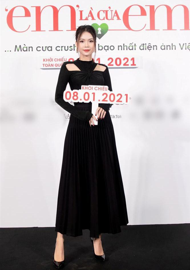 Bộ đầm này được hàng loạt mỹ nhân Việt ưa chuộng gần đây. Sam chọn mặc váy cùng giày cao gót đen cơ bản trong một lần ra mắt phim.