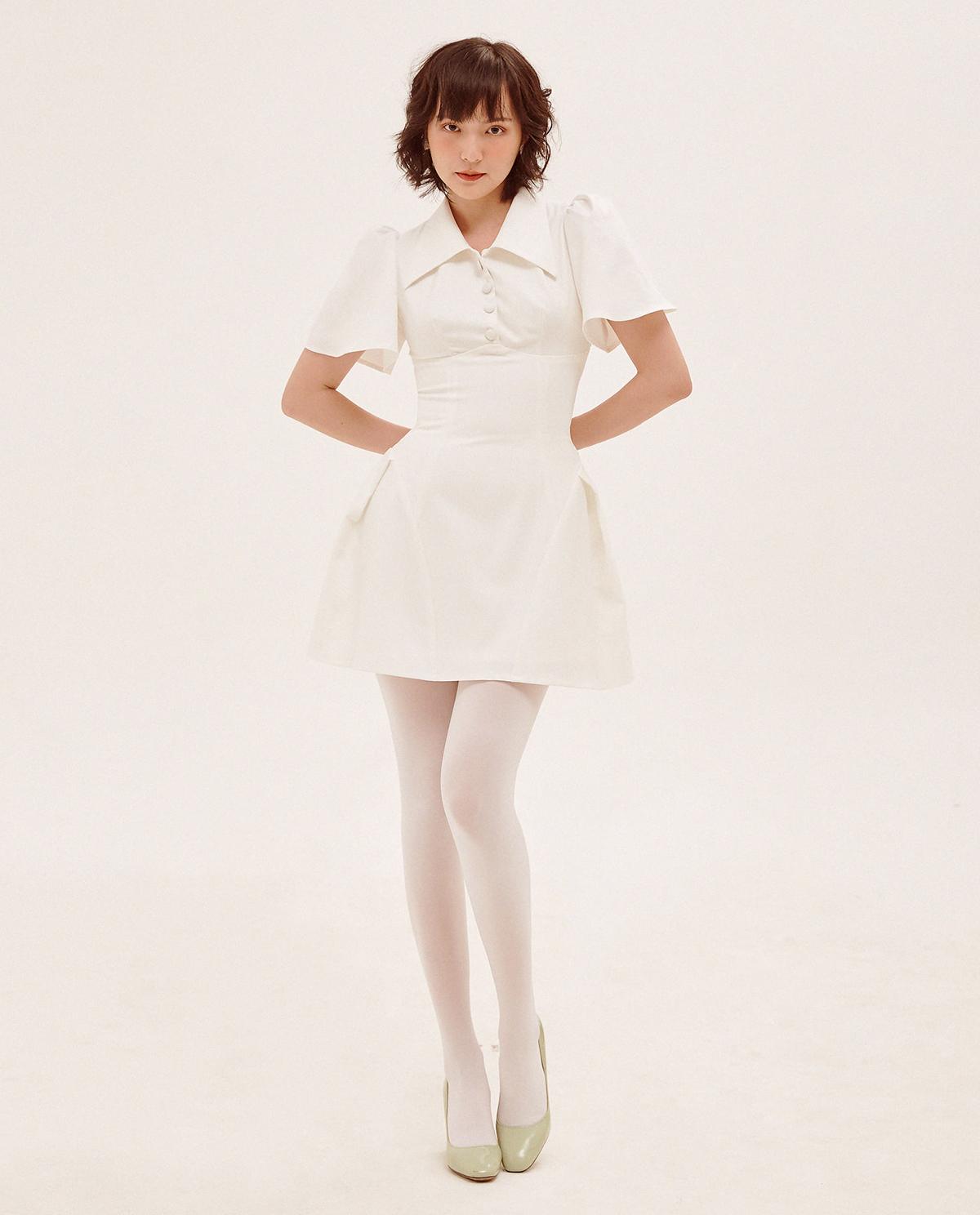 Nàng thơ mới của Sơn Tùng khoe vẻ cổ điển với chiếc váy trắng của một local brand Việt. Trong bộ ảnh thời trang, cô kết hợp cùng quần tất trắng và giày cao gót xanh, trông như một quý cô ở thập niên cũ.