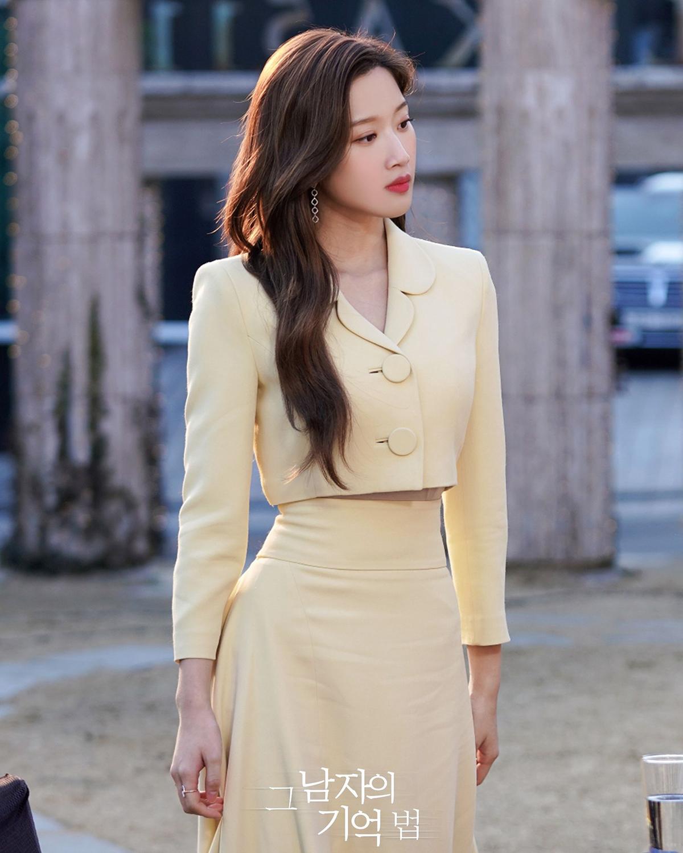 Trong bộ phim True Beauty, Moon Ga Young khoe vẻ đẹp ngọt ngào với loạt trang phục mang sắc màu pastel tươi sáng. Ở một cảnh quay, nữ diễn viên gây chú ý khi khoe vòng eo con kiến cùng kiểu váy đang thịnh hành trong Kbiz. Set đồ gồm áo khoác croptop và chân váy cạp cao vừa thanh lịch lại vừa có chút gợi cảm, giúp Moon Ga Young tôn vóc dáng đầy khéo léo.