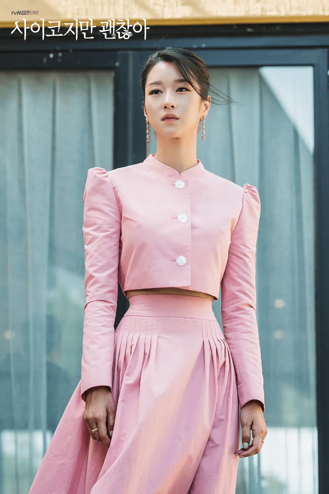 Không khó để nhận ra, trong Điên thì có sao, Seo Ye Ji cũng từng gây sốt với kiểu váy tương tự. Cũng kết hợp áo vest croptop và chân váy cạp cao, nữ diễn viên từng được khen có vòng eo siêu thực. Nhờ Seo Ye Ji lăng xê, kiểu đầm này cũng lập tức trở thành cơn sốt và được hàng loạt cô gái bắt chước.