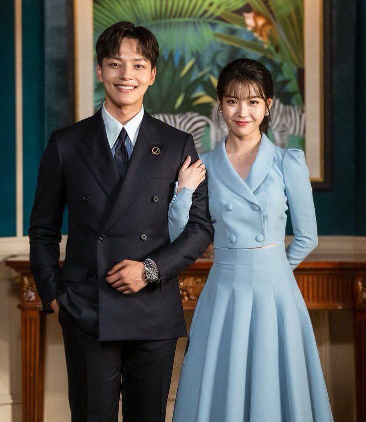 Cùng một công thức khoe vóc dáng, IU lại chọn set váy có tông xanh da trời. Đây cũng là một gam màu pastel rất tôn da, phù hợp với vẻ đẹp ngọt ngào, nhẹ nhàng của nữ diễn viên.