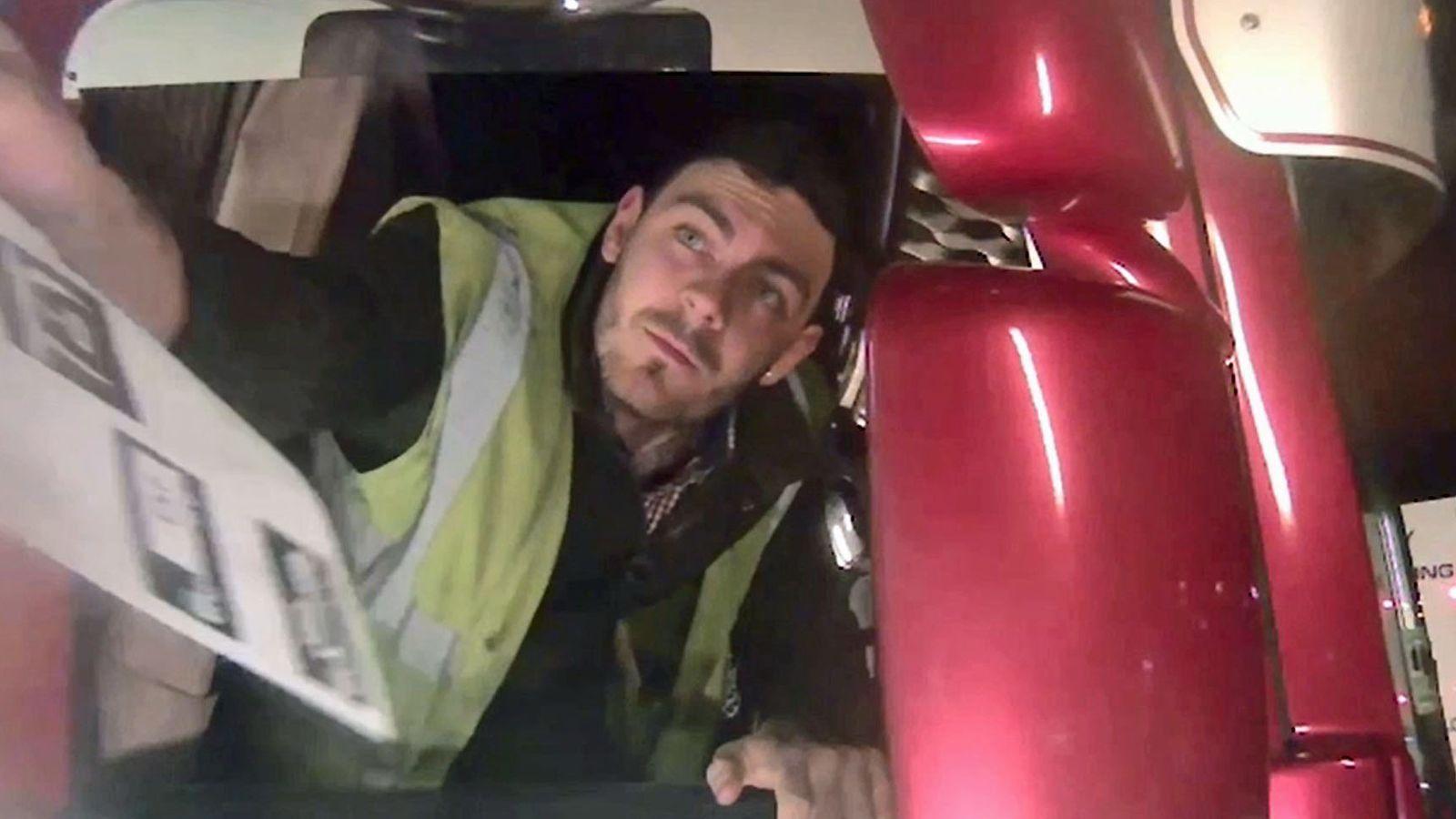 Tài xế Robinson, người phát hiện ra thi thể nạn nhân khi mở cửa container.