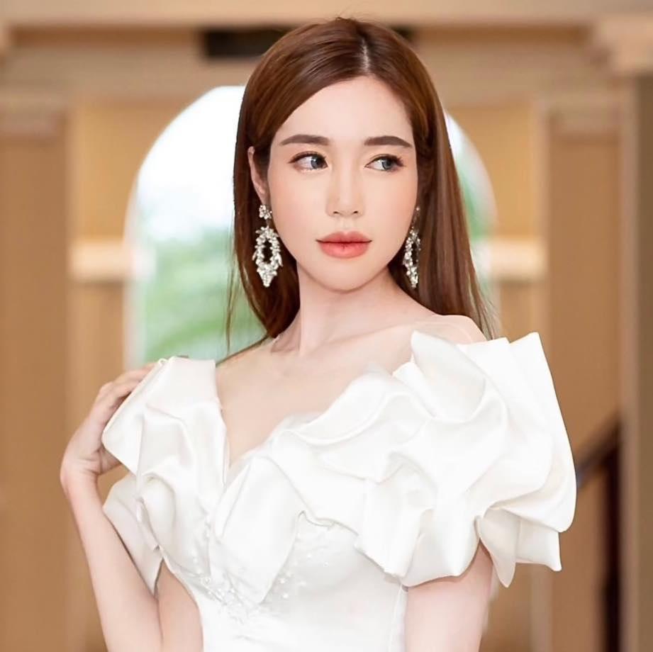 Elly Trần.