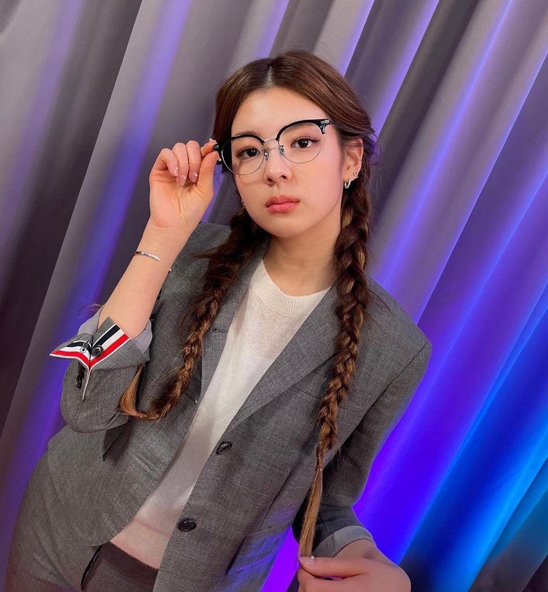 Lia tết tóc, đeo kính hóa thân thành cô sinh viên xinh đẹp.