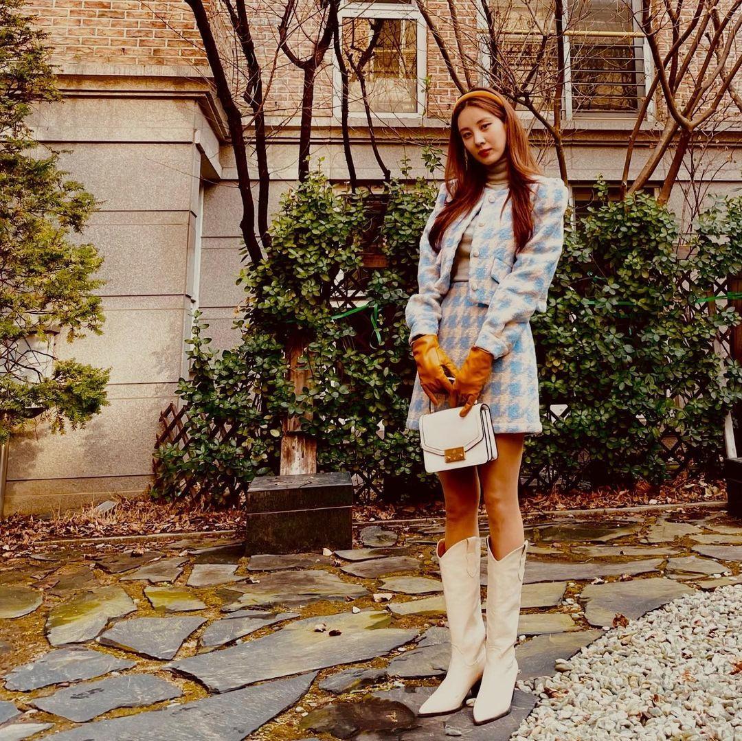 Seo Hyun lên đồ sang chảnh như tiểu thư để tạo dáng trong sân vườn.