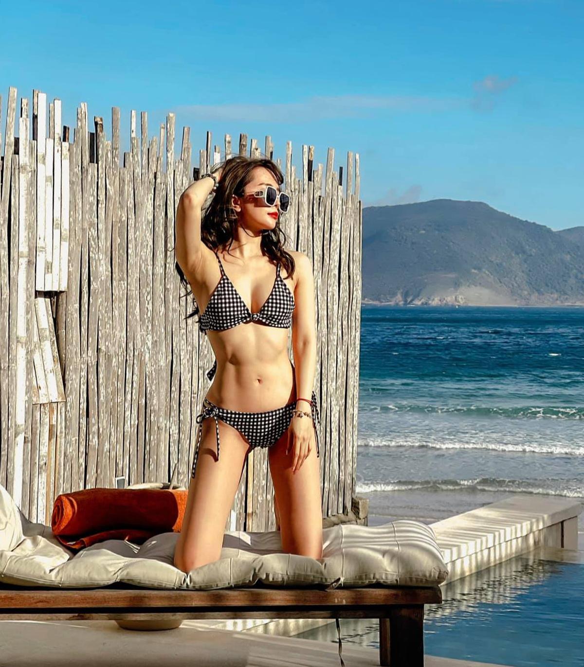 Mặc bikini, Quỳnh Nga khoe vòng eo 55 cm và cơ bụng săn chắc đáng ngưỡng mộ.