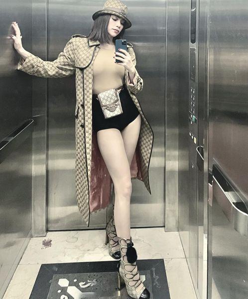Hồ Ngọc Hà diện cả cây đồ Gucci, tôn đôi chân thon dài nuột nà trong buổi diễn tại Hà Nội.