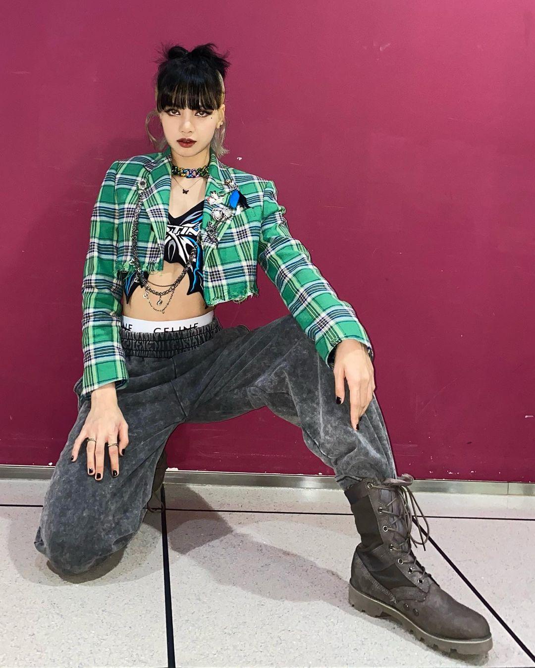 Trước Ngọc Trinh, Lisa cũng từng diện mẫu áo cánh bướm này. Tuy nhiên thay vì diện độc chiếc áo hở bạo như Ngọc Trinh, nữ idol kết hợp thêm áo khoác lửng phía ngoài. Cũng theo mốt lộ cạp nội y nhưng mỹ nhân Black Pink chọn quần jeans và nội y kiểu thể thao chất ngầu.