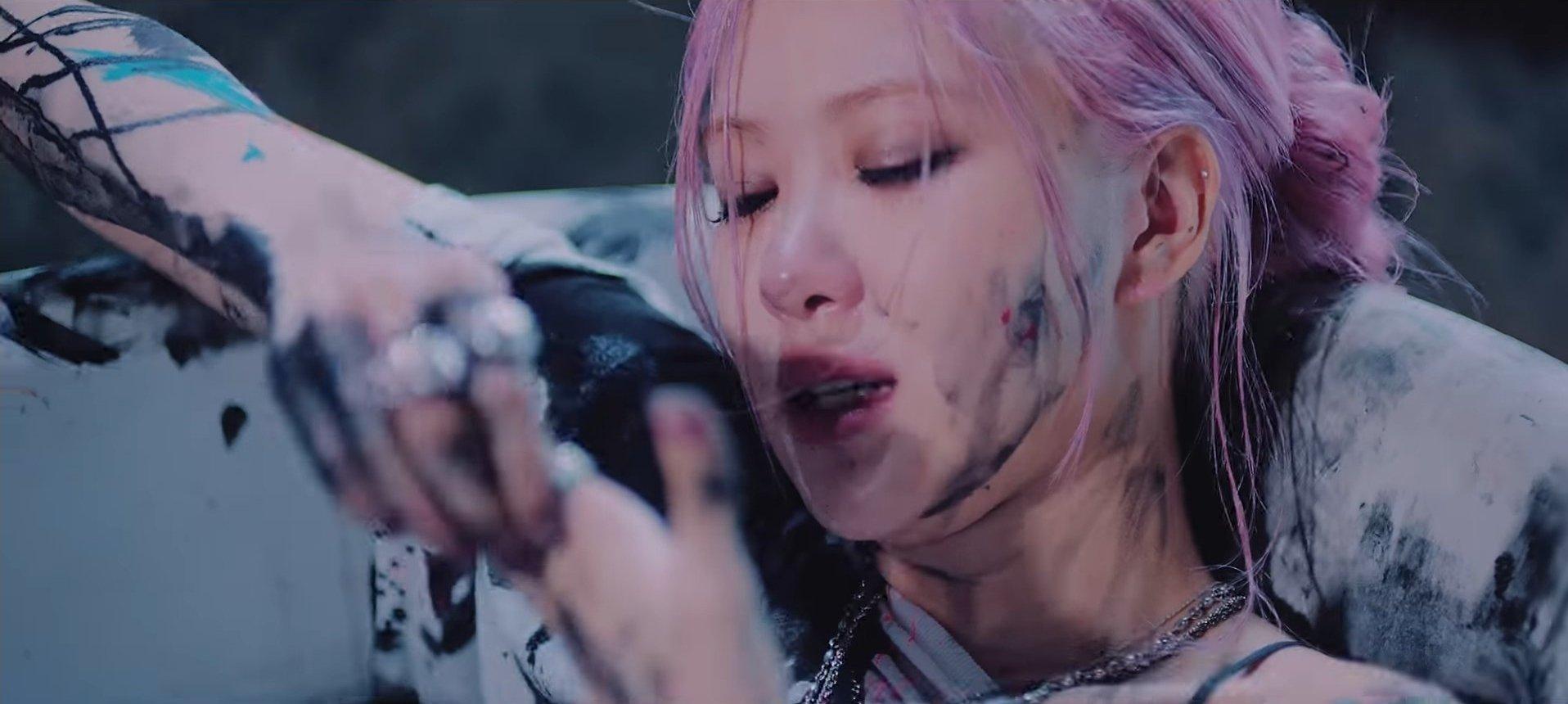 Rosé ngồi trong bồn tắm khóc nức nở trong MV Lovesick Girls.