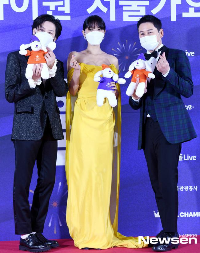 Soo Young (váy vàng) và Hee Chul đảm nhận vai trò MC. Thành viên SNSD sở hữu chiều cao thậm chí còn vượt trội bạn dẫn nam.