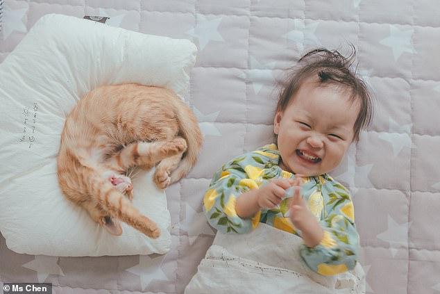 Em bé cười tít mắt khi mẹ chụp ảnh.