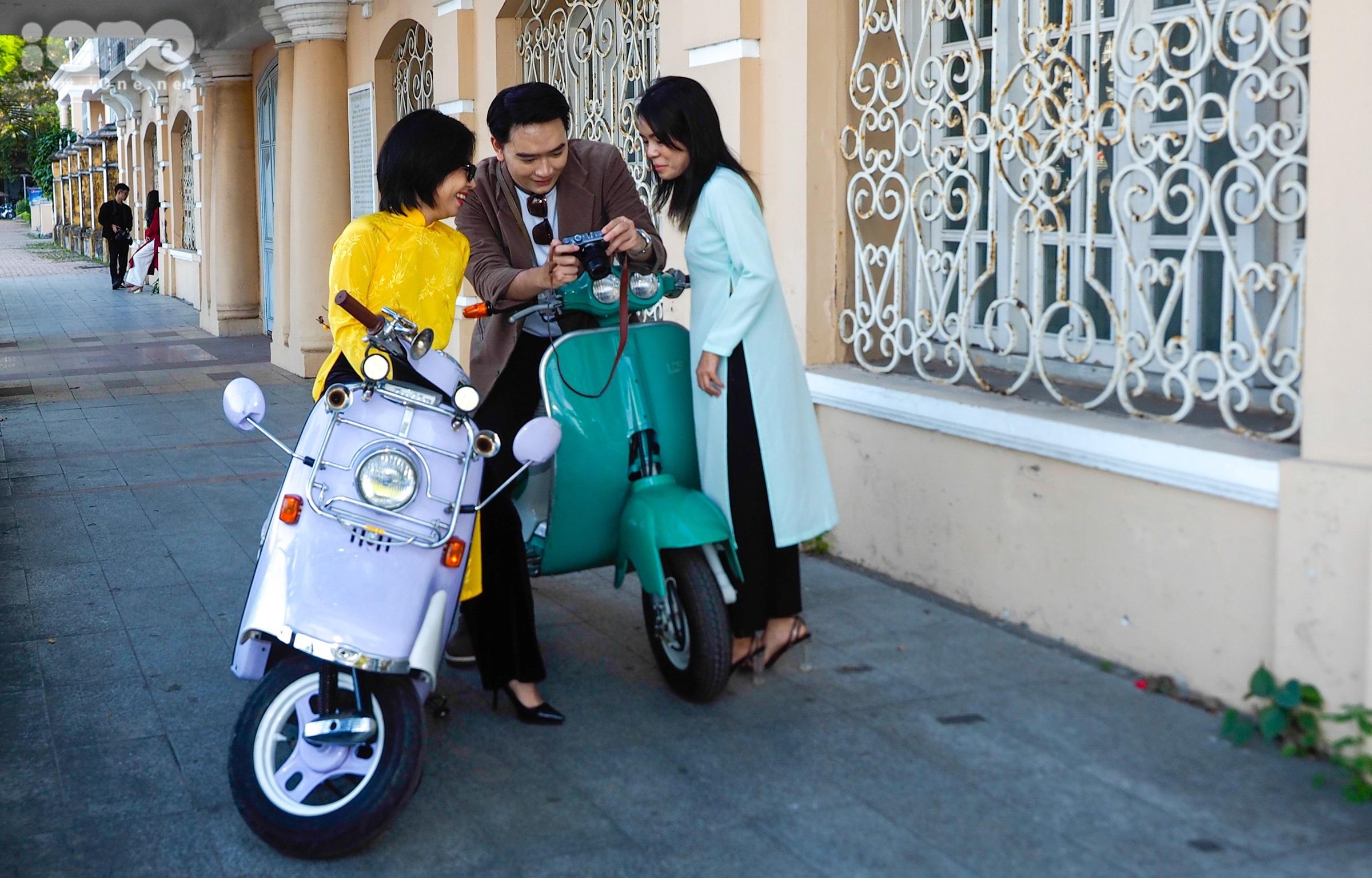 Nhóm bạn của Đỗ Quang Vinh, sinh năm 1997, gây chú ý khi diện áo dài và sử dụng xe máy có thiết cổ điển để chụp ảnh bên Tòa thị chính Đà Nẵng thời Pháp thuộc, nay đã hơn 100 tuổi.