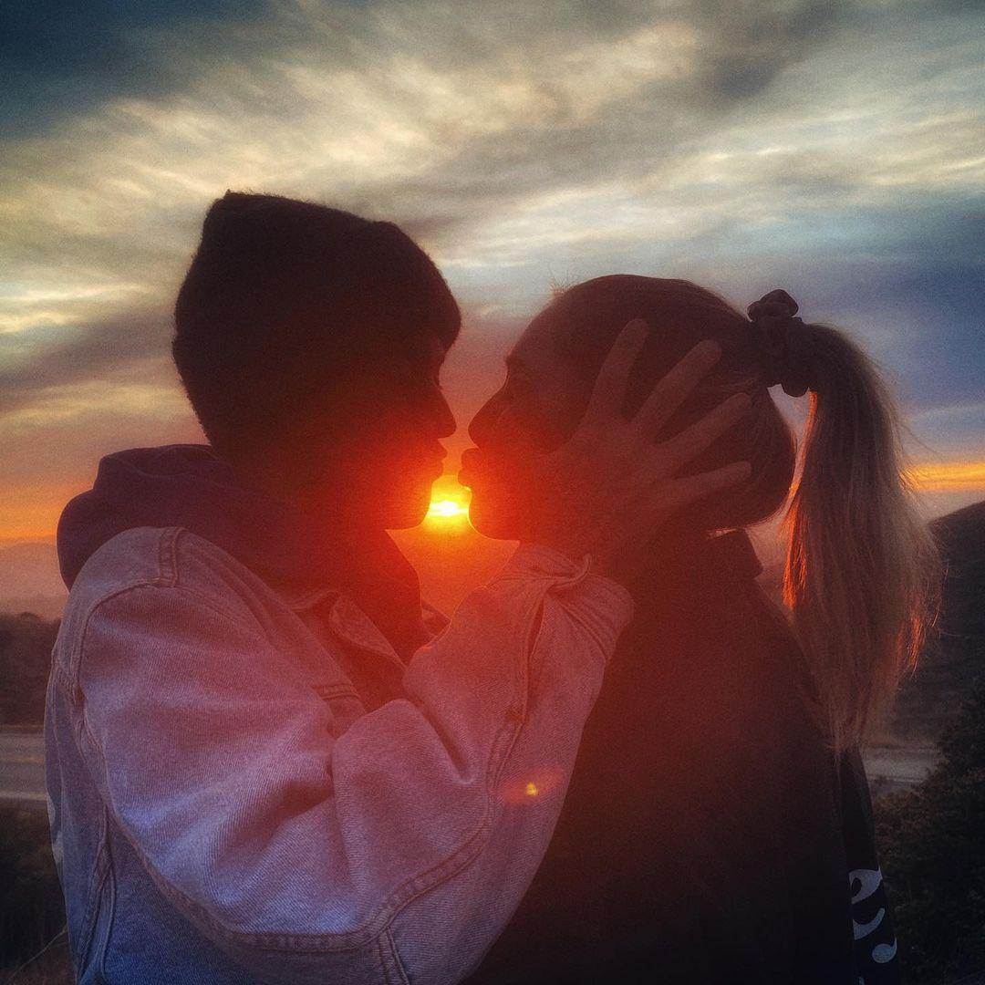 Cặp đôi cùng nhau chèo thuyền, dành thời gian cạnh nhau dạo chơi ở bãi biển California. Trong một bức ảnh được Harry chia sẻ, họ trao nhau nụ hôn dưới hoàng hôn tuyệt đẹp.