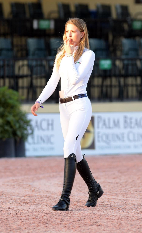 Con gái tỷ phú cũng là một trong những vận động viên đua ngựa. Năm 2019, Eve được xếp hạng thứ năm trong danh sách 1.000 tay đua dưới 25 tuổi hàng đầu thế giới, theo Horse Sport. Cô xem cưỡi ngựa từ năm 2 tuổi và bắt đầu học từ năm 6 tuổi. Eve được vinh danh là Tay đua của tháng vào tháng 3/2017 và từng thi đấu với Mary-Kate Olsen, Jessica Springsteen, và Jennifer Gates, con gái của Bill Gates.