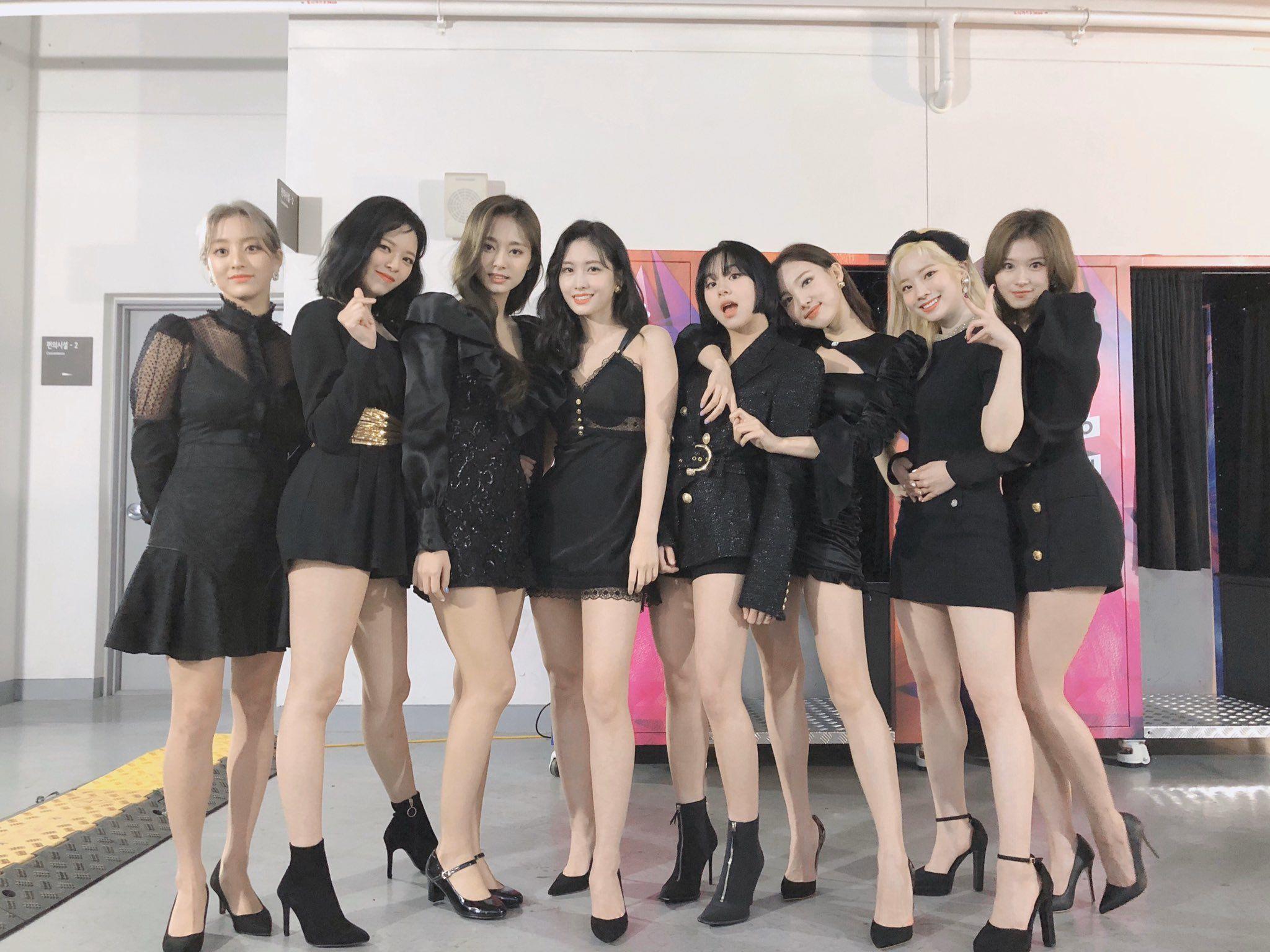 Khi diện váy ngắn và đi giày cao gót, body của Twice trở nên quyến rũ, nổi bật hơn hẳn.