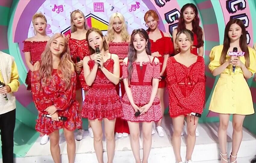 Min Joo nổi bật khi chung khung hình cùng các thành viên Twice nhờ chiều cao lý tưởng.