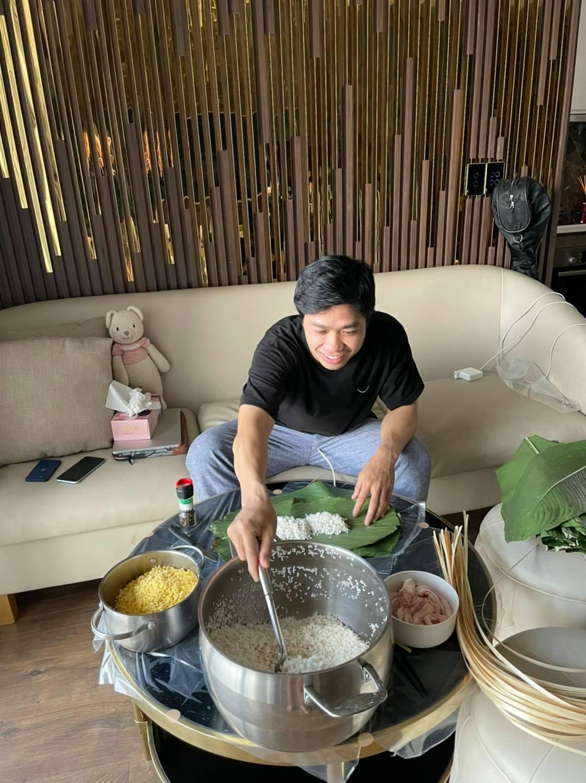 Công Phượng nấu bánh tét bằng bếp từ, fan trêu khi nhà giàu luộc bánh