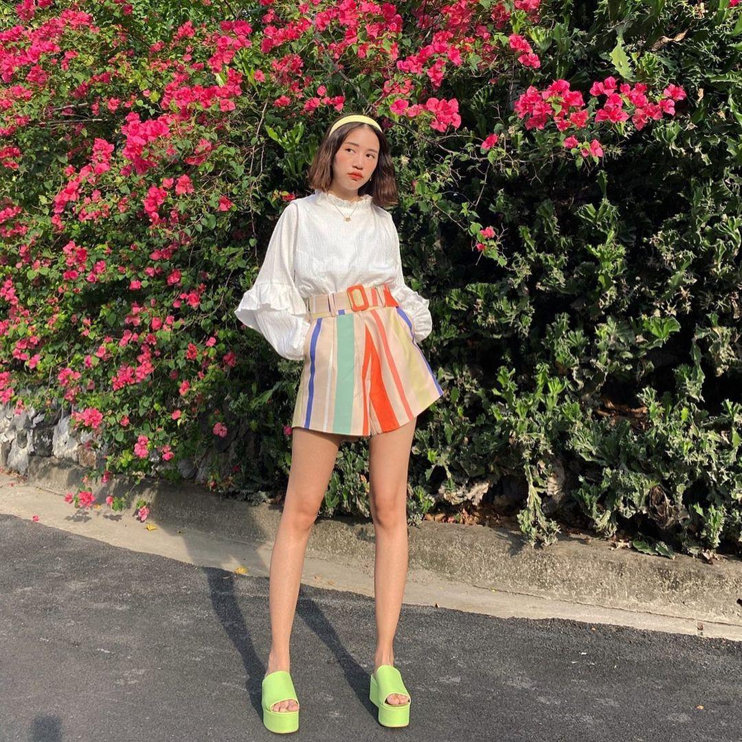 Bằng cách đưa chân sang, đôi chân của bạn trông sẽ thon gọn và dài hơn, bộ trang phục xinh xắn đi chơi cũng sẽ được khoe trọn vẹn.