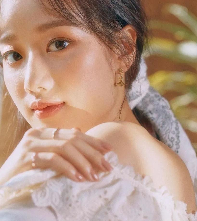 Na Eun vượt qua nhiều cái tên đình đám để đứng đầu danh sách những idol đẹp nhất trong mắt đồng nghiệp. Thành viên April tham gia nhiều bộ phim thanh xuân, nổi bật với nhan sắc trong veo, thuần khiết của mối tình đầu. Na Eun cũng là cái tên nổi bật khie theo đuổi concept high teen sang chảnh, quyến rũ.